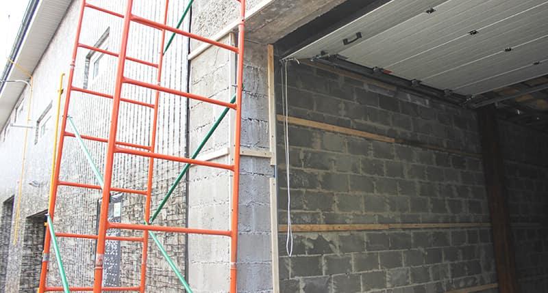 Строится гараж из блоков