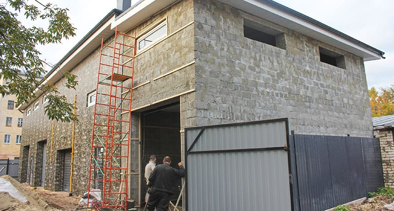 На строительстве гаража из керамзитоблоков