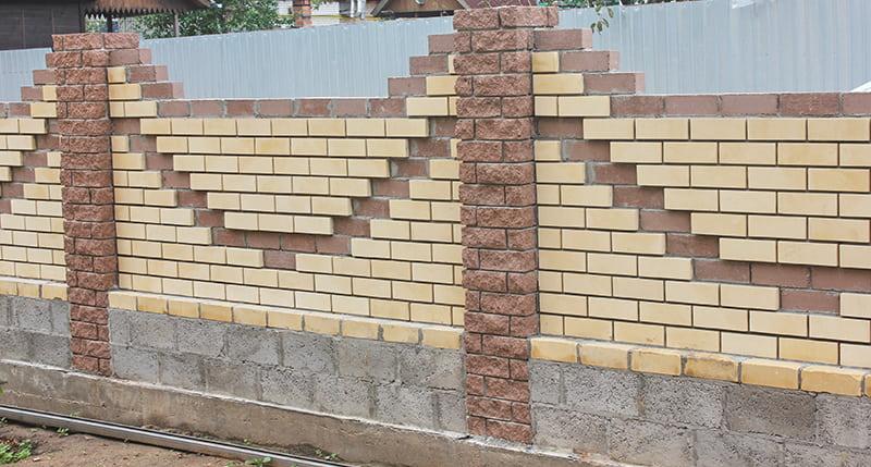 Забор из кирпича и блоков